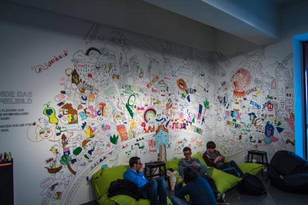 Mitmachen statt zugucken. Einen Stift nehmen und die Wand anmalen. Das ist auch Kunst.