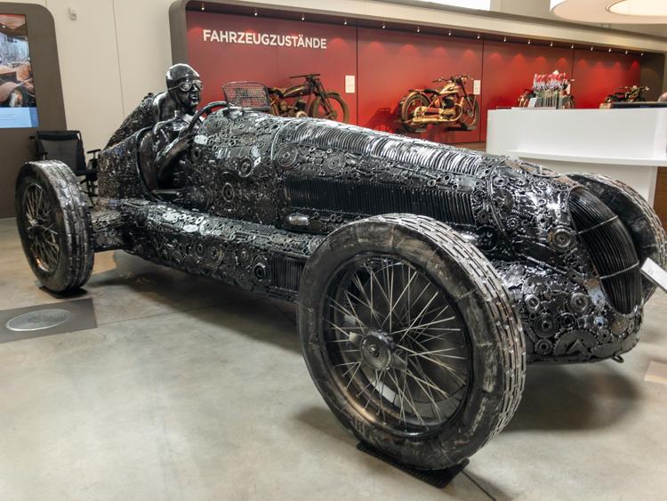 Ein Silberpfeil aus Stahl als Kunstwerk