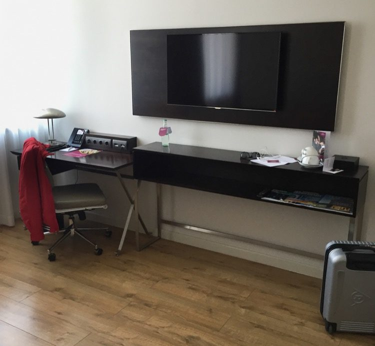 Ablage und Schreibtisch im vorderen Bereich