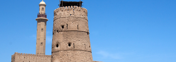 Fort Al Fahidi Wachturm - die Grand Moschee im Hintergrund