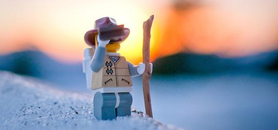 Legofigur mit Fernglas