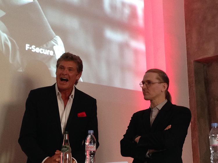 David Hasselhoff in bester Laune während der Pressekonferenz mit CRO Mikko Hypponen